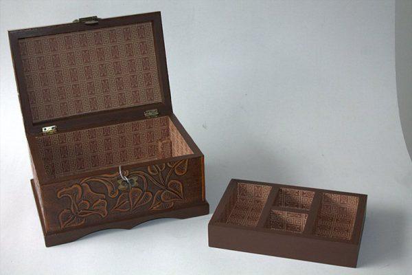Baul repujado en madera y cuero mediano c38007 arte y artesanias colombianas 001_800_Arte_y_Artesanias_Bogota
