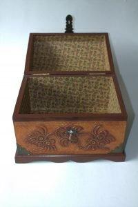 Baul repujado mini en madera y cuero c38006 arte y artesanias colombianas 001_800_Arte_y_Artesanias_Bogota