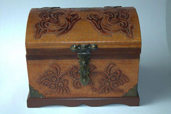 Baul repujado mini en madera y cuero c38006 arte y artesanias colombianas 002_800_Arte_y_Artesanias_Bogota