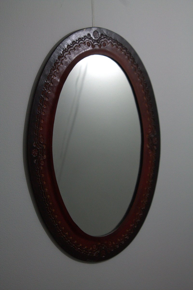 Espejo en cuero ovalado No.1 c38011 arte y artesanias colombianas 001_800_Arte_y_Artesanias_Bogota
